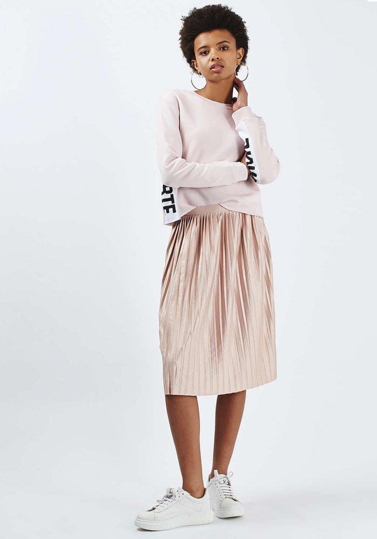 Jupe plissée mi-longue, s'habiller avec style