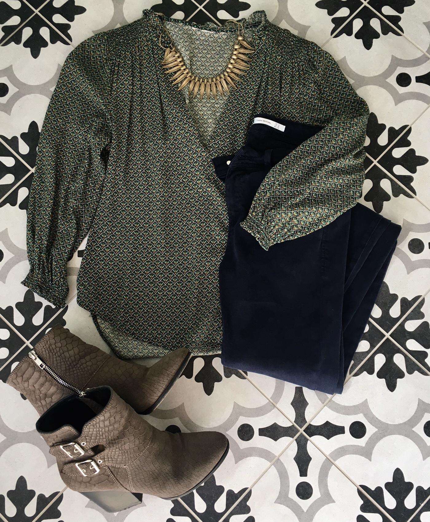 Blouse imprimée verte H M, Skinny bleu marine Zara, Boots taupes The  Kooples, Collier bronze origine oubliée! 7298cbc002e