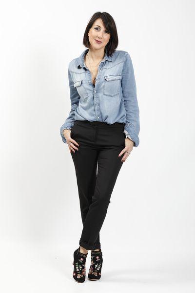 Pantalon masculin noir, chemise en jean, boots brodées