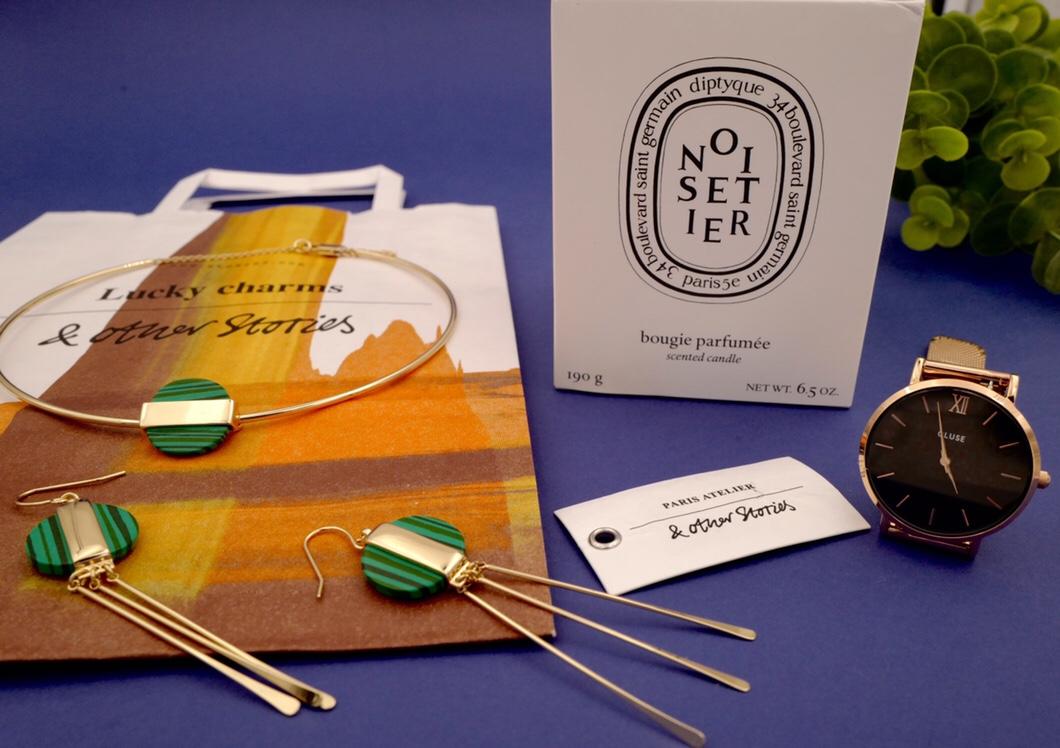 Collier et boucles d'oreilles graphiques & Other Stories, Bougie Dyptique noisetier, montre Cluse gold rose